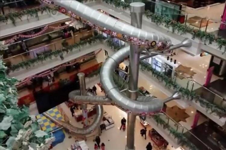 大丈夫か?中国のショッピングモールに5階→1階まで滑り降りるスライダーが登場!