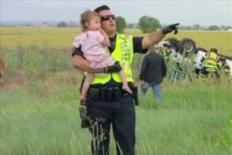「これも任務のひとつ」事故現場で警官が子守唄…父親を亡くした少女をあやす
