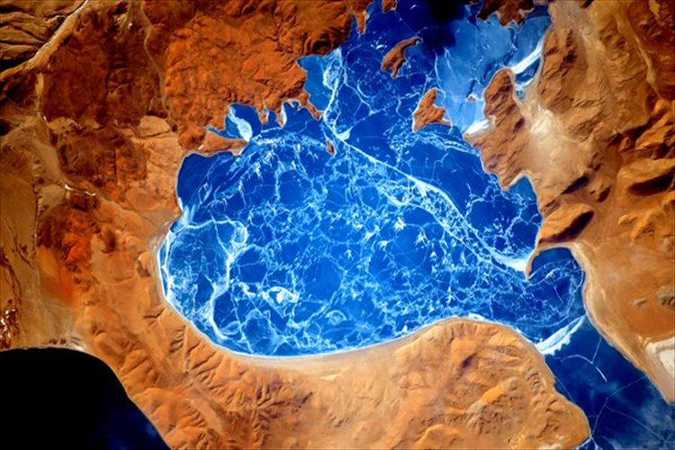 """宇宙から撮影した""""ヒマラヤ山脈の凍った湖""""が、驚くほど青かった!"""