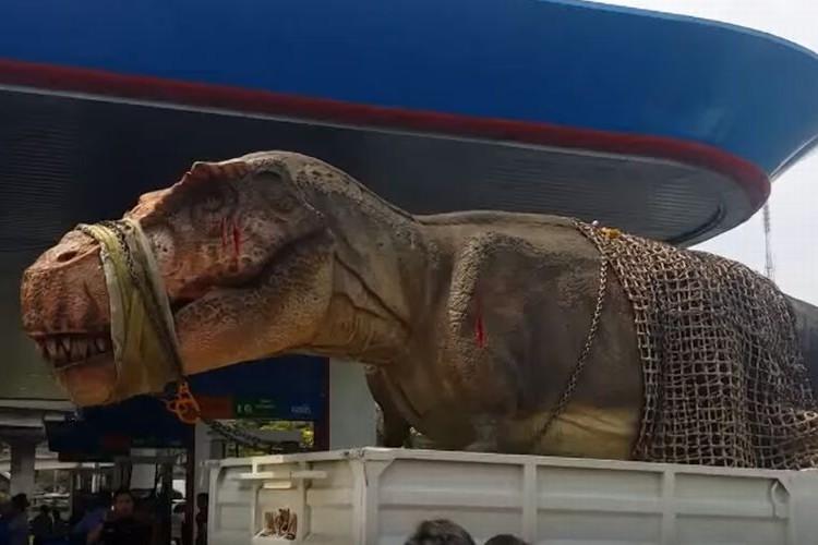ティラノサウルスが生け捕りに!?トラックで運ばれる姿が目撃される