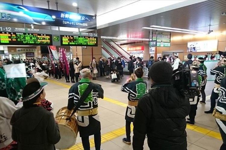 ここまで歓迎準備して誰も降りず…北海道新幹線開業日の「新青森」駅…途中駅は仕方ない!?