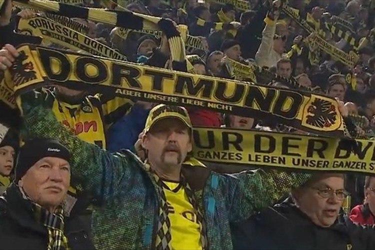 「サッカーよりも大切な事」スタジアムのサポーターが観客の訃報に沈黙を捧げる