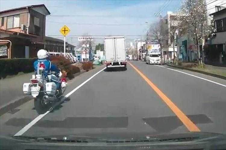 【動画】左折するトラックと白バイが接触!「白バイが悪い」「トラックもどうかと」等意見多数