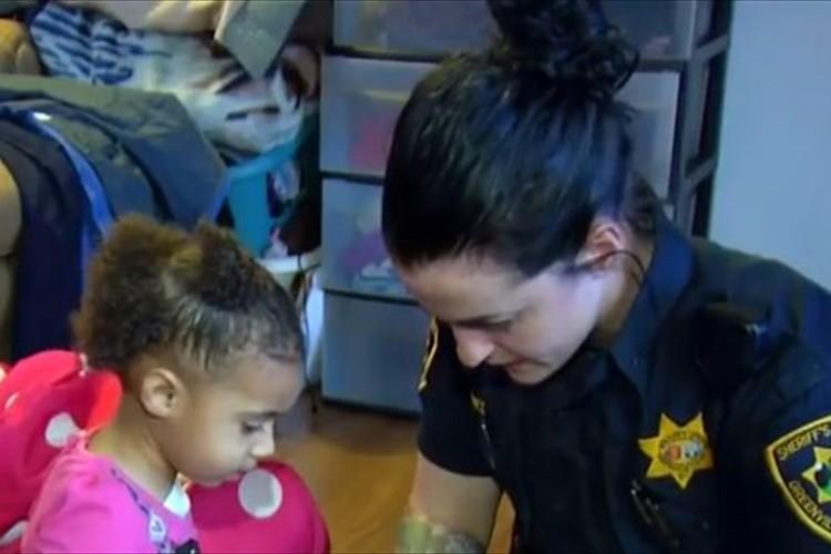 緊急電話で2歳の女の子が助けを求める→警官が急行→驚愕の光景が…!
