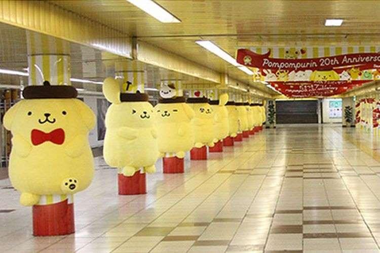 """ポムポムプリンが新宿駅をジャック!""""ふわもこ""""な身体に抱きつけばもう骨抜き"""