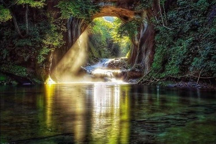 【都心から1時間】神秘的で美しい秘境「濃溝の滝」が話題に!!