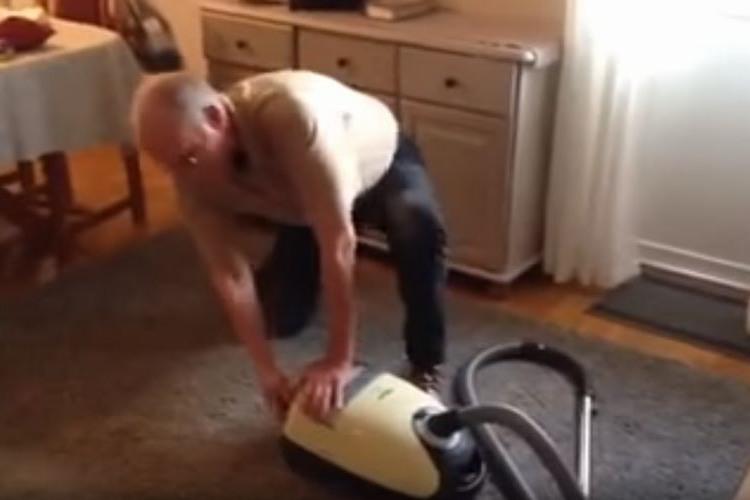 やめて…お腹痛い…(笑)掃除機の使い方を間違えるおじいちゃんの動画が超面白い