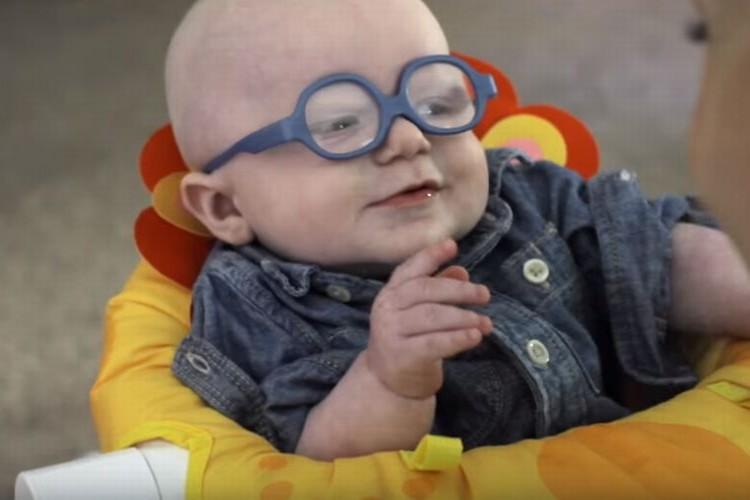 生まれつき目が不自由な赤ちゃんが初めてママの顔を見た感動の瞬間