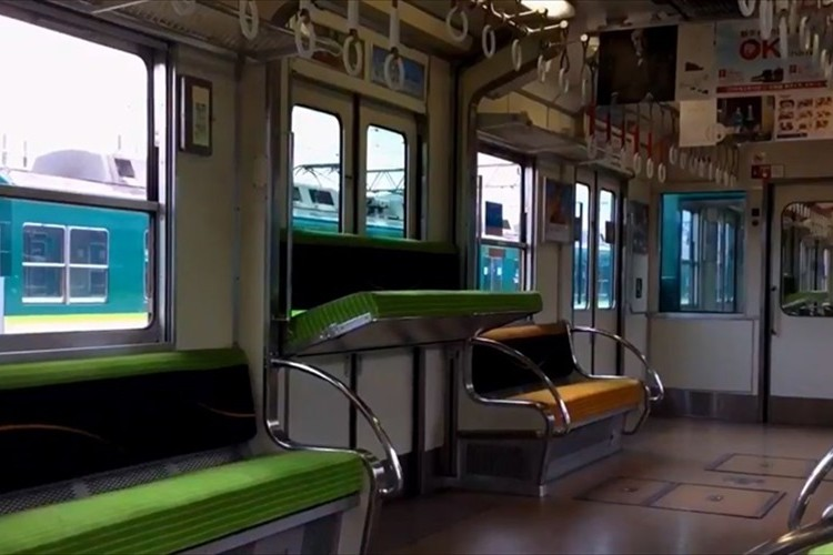 【動画】「座席が上から降りてきたぞ!」日本で唯一、座席が昇降する京阪5000系電車