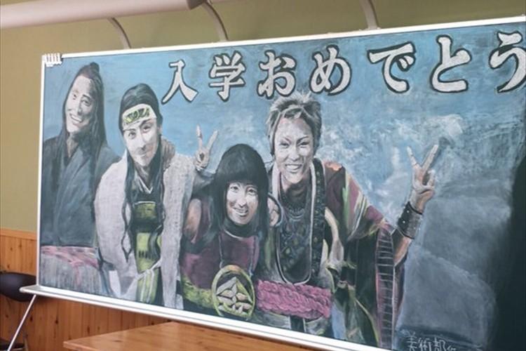 """クオリティが高すぎる!在校生の美術部が""""素敵な黒板アート""""で新入生を歓迎!"""