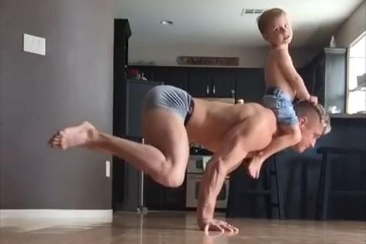 【動画】スゴイぞパパ!息子を肩に乗せてトレーニングする様子が絵的にも凄い!