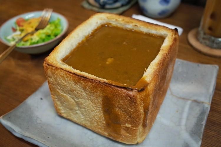 一体どう食べるんだ!?食パン1斤をまるごと使う「カレージャンボトースト」が話題に!