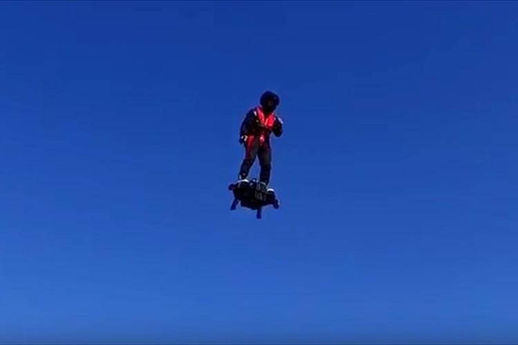 【動画】人間が浮いているようだ…「フライボード・エア」で宙を飛び回るテスト飛行に成功!