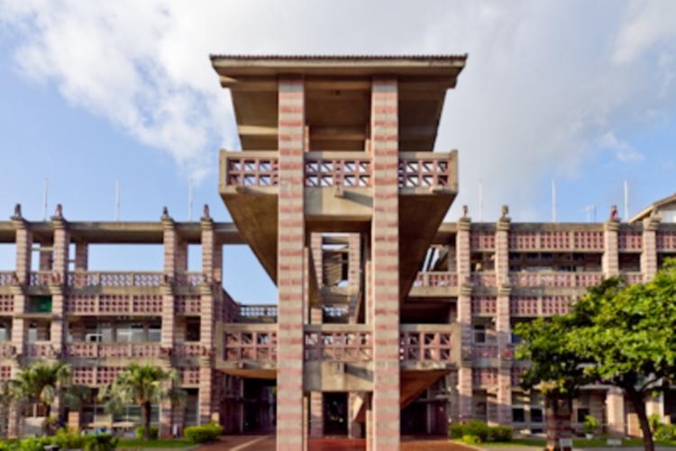 行ってみたい市役所ナンバー1、名護市庁舎がまるでアジアの古代遺跡のよう