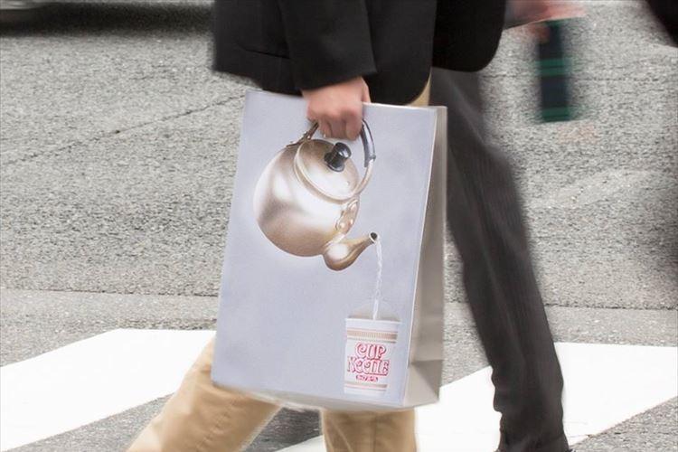 お湯を注いでいるバッグちょっと欲しい…カップヌードルのFacebookページがふざけ過ぎててハマる!!