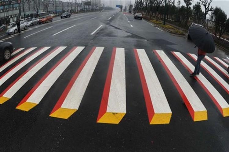 これを見たら減速必至!?インドの3D路面標示が素晴らしいアイディアだと話題に!