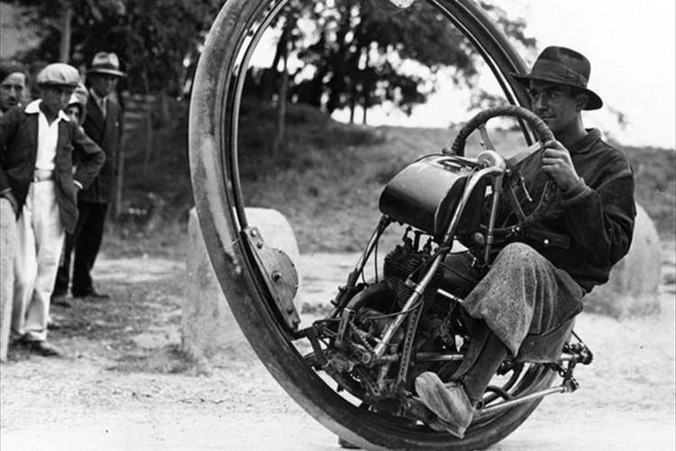 【映像】「無防備だな」「夢と無駄が詰まっている」約90年前の一輪バイクが話題!