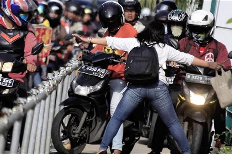 違反バイクに怒り、両手を広げて止めた女性に世界中から称賛 インドネシア