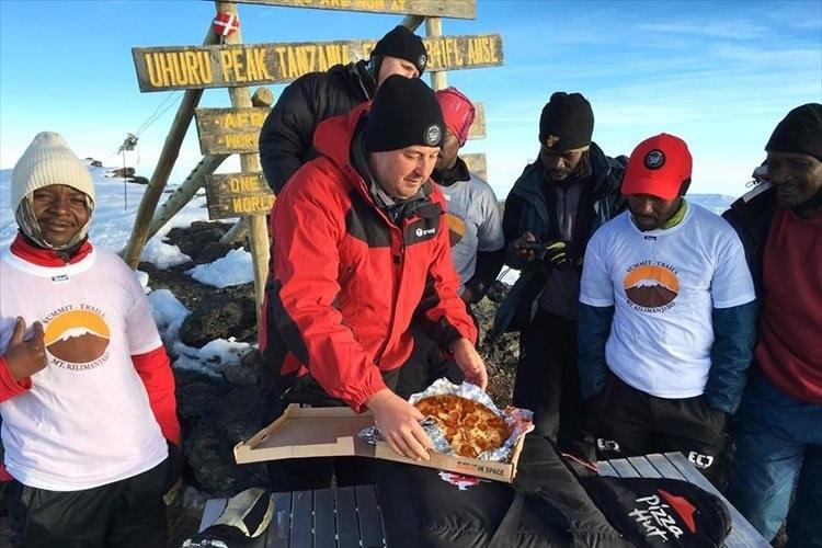 """【動画】ピザハットが4日がかりで""""キリマンジャロ山頂""""にピザを届けて話題に!"""