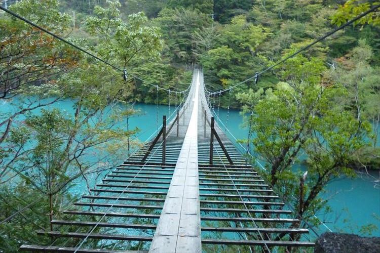 狂おしいほど美しい…エメラルドの湖の上を歩ける『夢の吊り橋』の美しさに胸が詰まる