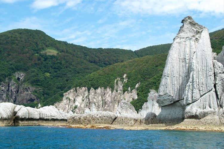 こんな場所があったなんて…白く光る巨岩群と碧い海のコントラストが美しい『仏ヶ浦』