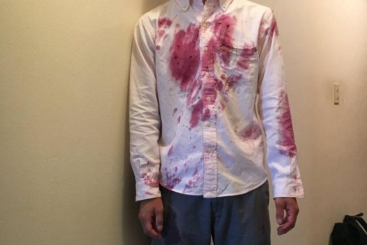 【ホラー】滑ってダイブしたらこうなった!シャツが血みどろになった理由は?