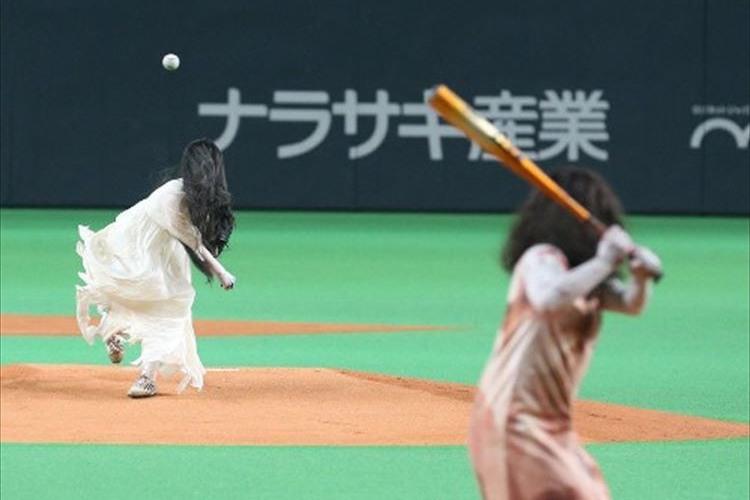 何たるカオス!貞子と伽椰子が始球式でガチ対決!!