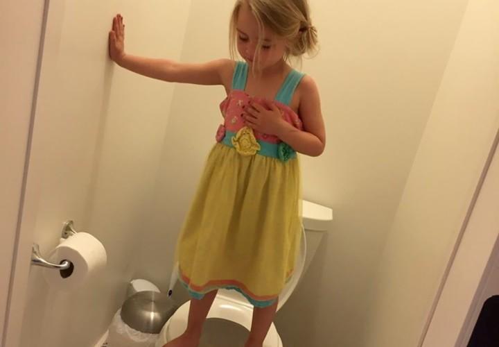 3歳の娘が便座の上に立ちじっとしていた理由に心が痛む