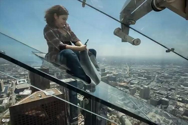 """眼下には高層ビル群 スリル満点! """"下がスケスケのガラスの滑り台""""オープン! 米国"""