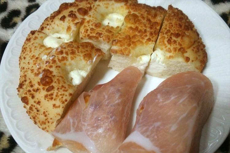 めっちゃうまい! ファミマの塩チーズパン&生ハムで10秒レンチンするだけ!