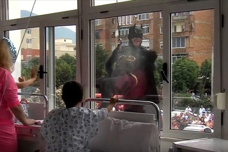 警察官がヒーローに変身し病室の子供達の元へ! 国を挙げての温かいサプライズ