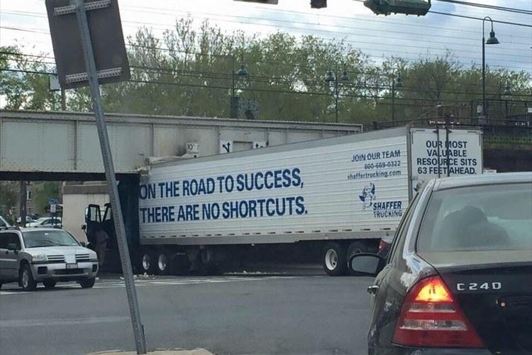 「成功への道に近道はない」と書かれたトラックの行動が分かりやすいと話題に!