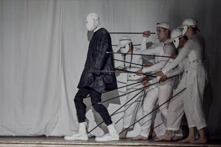 服を着ているのはモデルではなく人形!? 衝撃的なファッションショーが話題に!