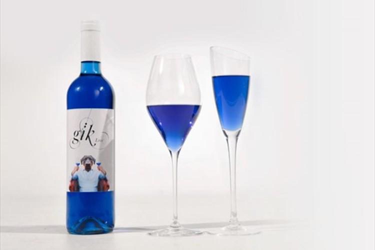"""これは斬新! スペインのクリエイターらが2年かけて開発した""""青いワイン"""""""
