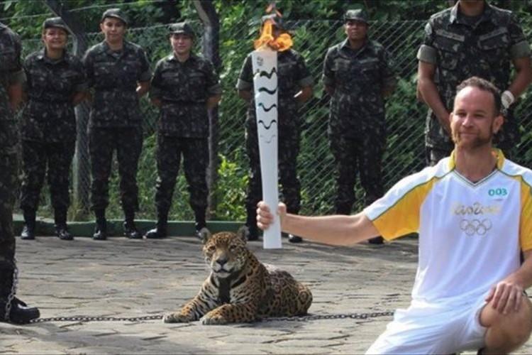「人間は身勝手すぎる」五輪の聖火行事に参加したジャガーが逃走、射殺される悲劇