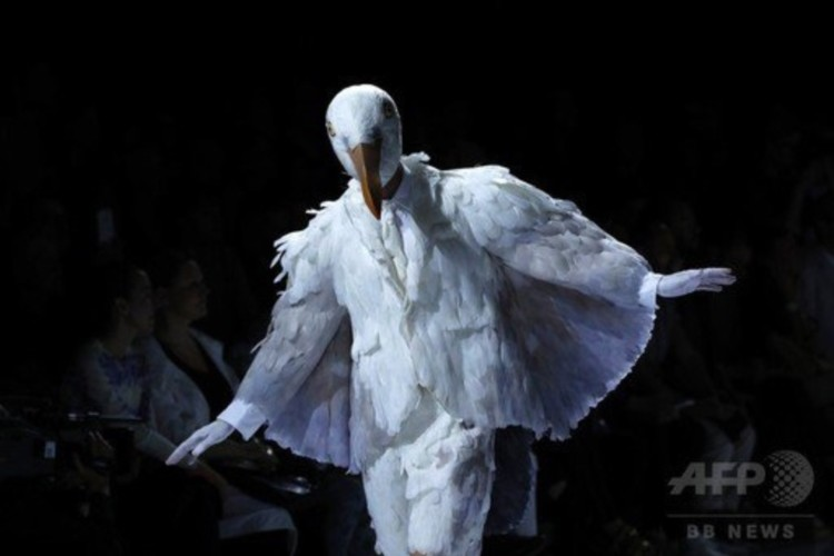 これが本当の鳥人間コンテスト?最新ファッションショーがもはやカオスに