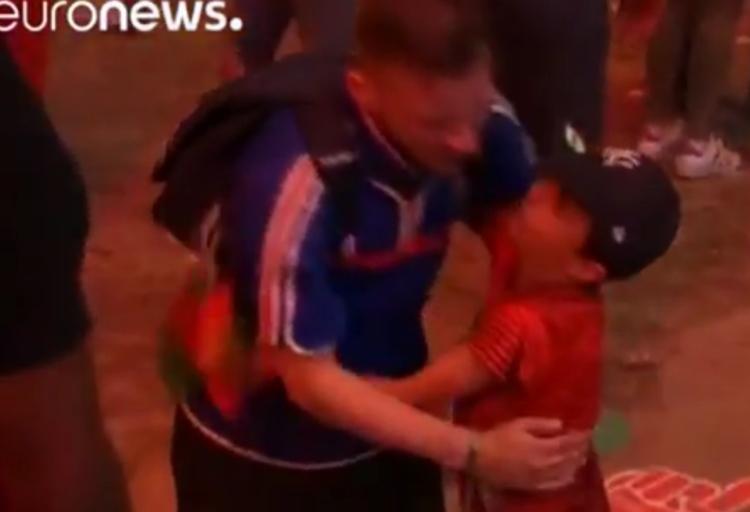 スポーツっていいな。EURO決勝で敗れた仏サポーターを慰める少年に感動