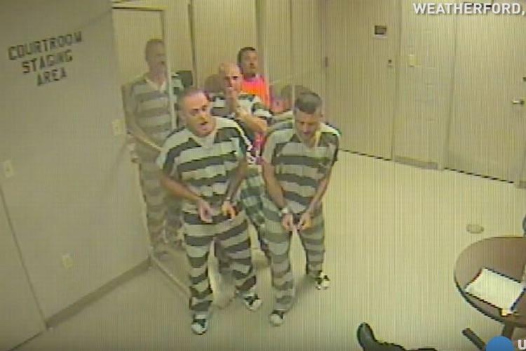 留置所の看守が心臓発作で倒れてしまったその時、脱走することせずに8人の受刑者たちが命を救う