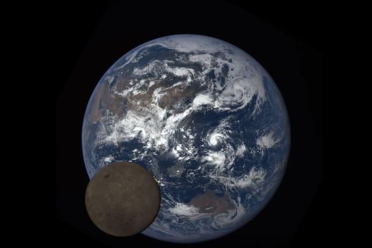 """""""月の裏側と地球""""を同時にとらえた貴重な映像をNASAが公開"""