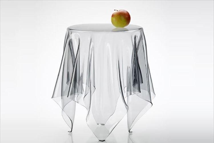 """まさにイリュージョン!""""浮かぶテーブルクロス""""のようなサイドテーブルが美しい"""