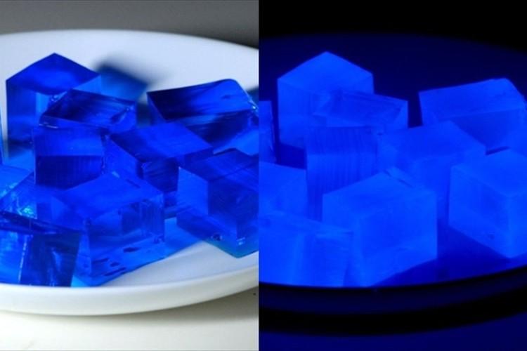 何コレ!? 暗闇で妖しげに青く発光! 幻想的なゼリーが開発されてTwitterで話題に!