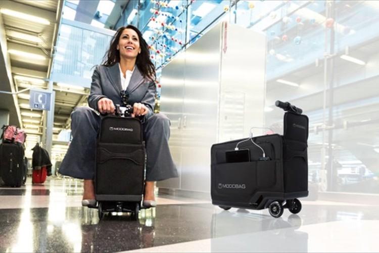コレは流行りそう! 空港をスイスイ移動 人が乗れちゃう「電動バッグ」が登場!