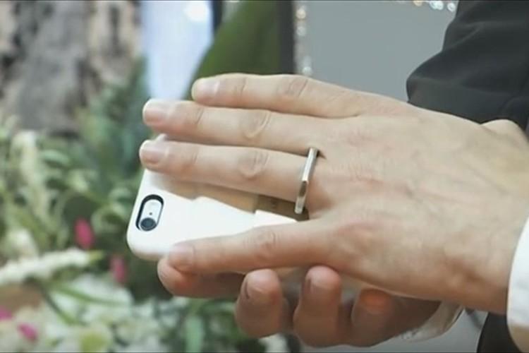 """えっマジ!? """"スマートフォンと結婚した男""""がいた! ラスベガスのチャペルで挙式"""