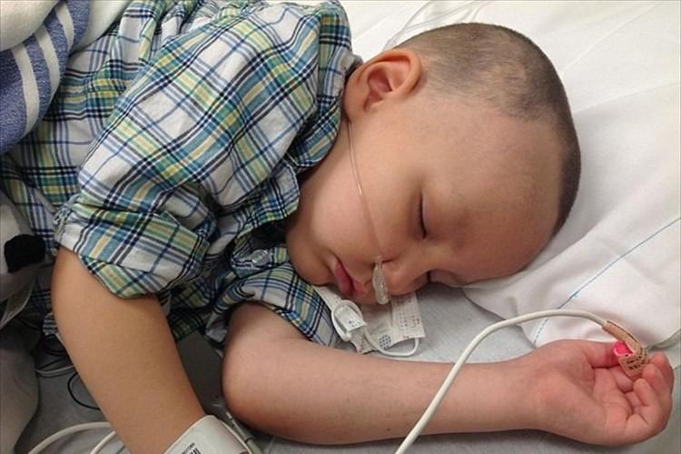 【動画】約3年続いた白血病の治療…完治の報告を受けた子供が喜びを爆発させる