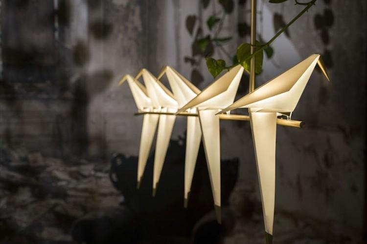 """小鳥が揺れながら灯す幻想的な光! """"折り紙で作ったオブジェのようなランプ"""""""