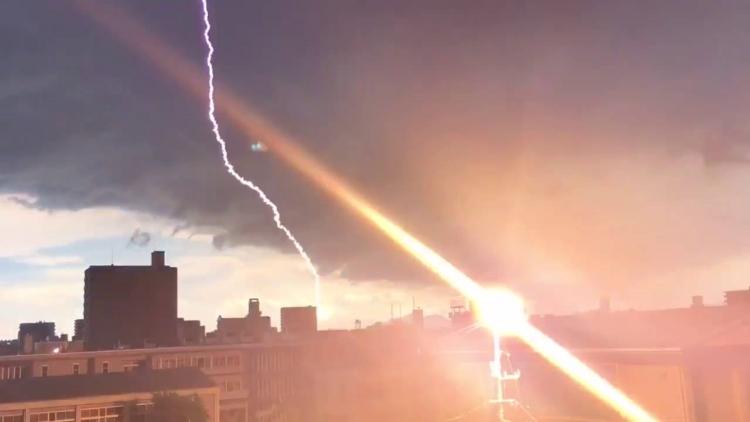 【決定的瞬間】すぐ目の前に雷が落ちた瞬間をとらえた5秒の映像が凄い!