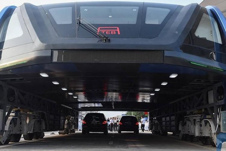 本当に実現するかも!?渋滞回避のために車の上を走行するバスが中国でテスト運転へ