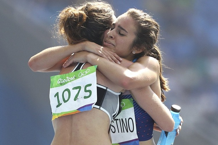 これぞオリンピック精神だ!陸上女子5000mで起きた助け合い