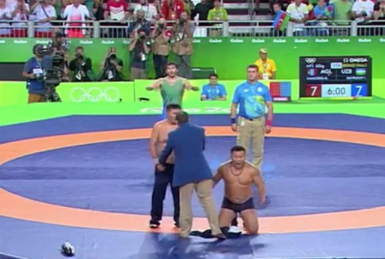 【動画】レスリング試合終了5秒前にガッツポーズで逆転反則負けでメダル逃す、コーチがなぜかパンツ一丁で抗議