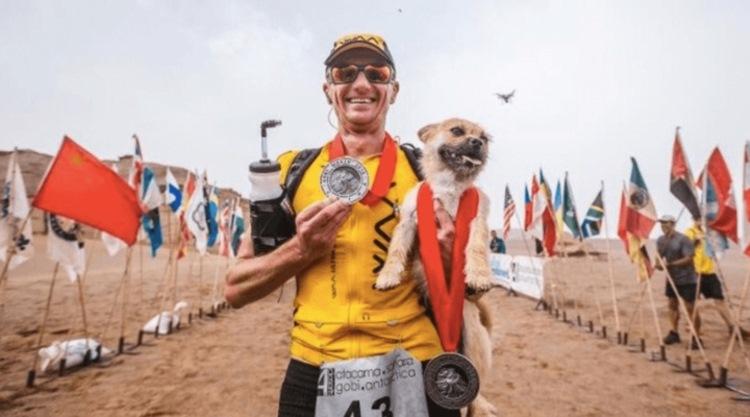 【運命の出会い】砂漠を6日間、250キロの過酷なマラソン中、なぜかついてくる小さな野良犬と一緒に暮らすことに